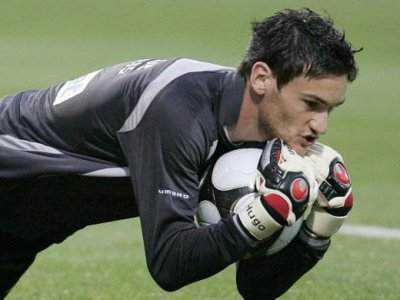 Hugo Lloris capte la balle